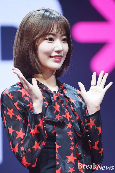 Tags: J-Pop, IZ*ONE, HKT48, Miyawaki Sakura, Medium Hair, Wave, Looking Ahead, Break News
