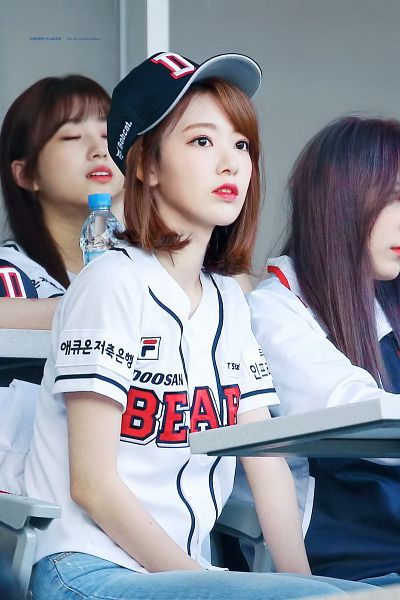 Tags: J-Pop, IZ*ONE, HKT48, Miyawaki Sakura, Gray Background, Baseball Jersey, Medium Hair, Korean Text, Jeans, Baseball, Hat, Baseball Cap