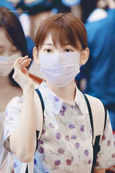 Tags: J-Pop, HKT48, IZ*ONE, Miyawaki Sakura, Covering Mouth, Looking Ahead, Hair Up, Face Mask, Mask, Bangs, Floral Shirt, Bag