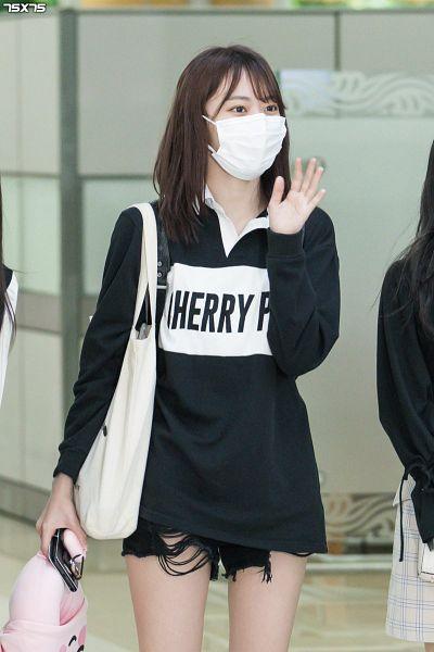 Tags: J-Pop, HKT48, IZ*ONE, Miyawaki Sakura, Shorts, Mask, Black Outfit, Face Mask, Bag, Looking Away, Covering Mouth, Wave