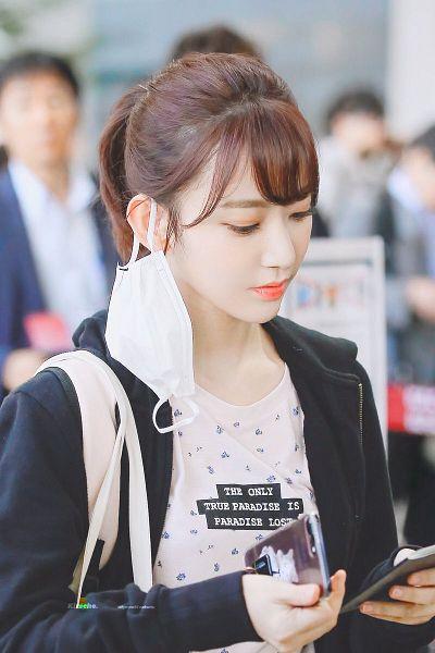 Tags: J-Pop, IZ*ONE, HKT48, Miyawaki Sakura, Jacket, Eyes Half Closed, Face Mask, Bangs, Mask, Black Jacket, Looking at Phone, Bag