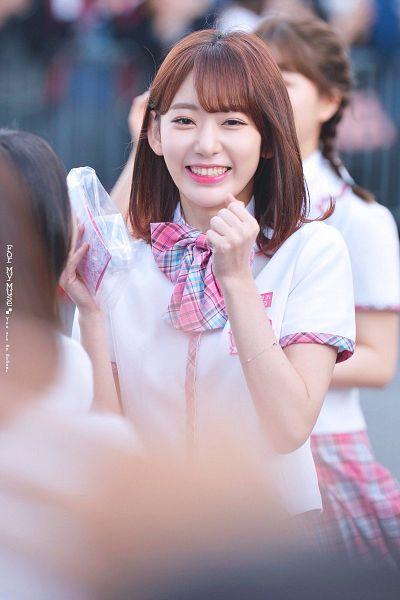 Tags: Television Show, J-Pop, HKT48, IZ*ONE, Miyawaki Sakura, School Uniform, Bow, Uniform, Checkered Neckwear, Pink Bow, Checkered Bow, Pink Neckwear