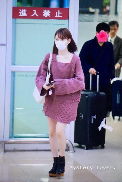 Tags: J-Pop, IZ*ONE, HKT48, Miyawaki Sakura, Looking Away, Phone, Bag, Collarbone, Shoes, Covering Mouth, Bangs, Bare Legs