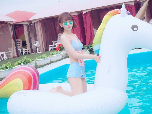 Tags: J-Pop, HKT48, IZ*ONE, Miyawaki Sakura, Blue Outfit, Swimming Pool, Glasses, Kiss, Covering Eyes, Sunglasses, Bare Legs, Swimsuit