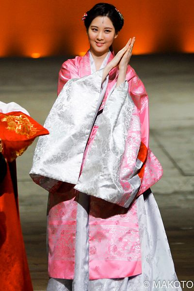 Tags: K-Drama, Girls' Generation, Seohyun, Pink Outfit, Hair Ornament, Traditional Clothes, Pink Dress, Hanbok, Hair Up, Clapping, Looking Away, Moon Embracing the Sun