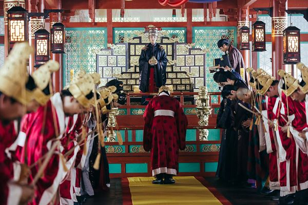 Tags: K-Drama, Sung Dong-il, Kim Sung-kyun, Lee Jun-ki, Throne, Black Outfit, Hat, Headdress, Beard, Chair, Red Outfit, Bend Over