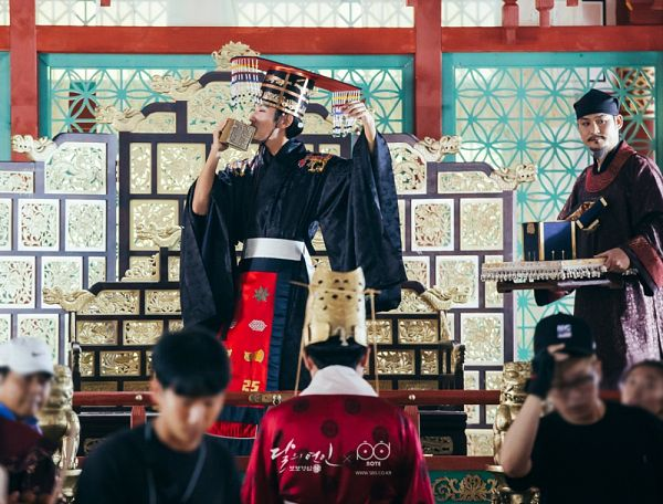 Tags: K-Drama, Kim Sung-kyun, Lee Jun-ki, Sung Dong-il, Crown, Korean Clothes, Belt, Throne, Black Outfit, Tray, Hat, Headdress