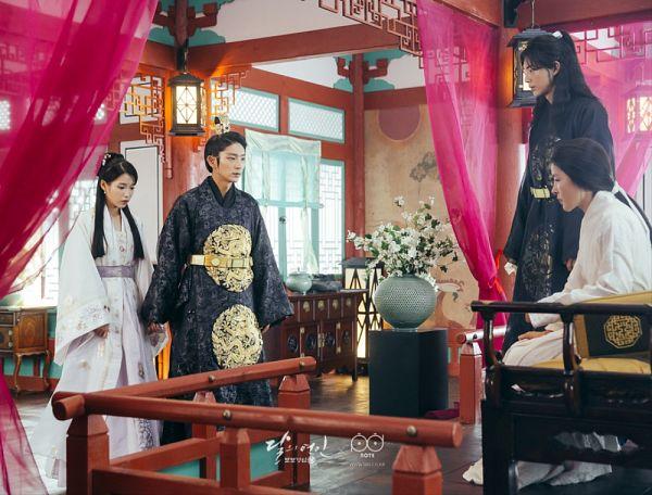 Tags: K-Drama, K-Pop, Lee Jun-ki, Park Ji-young, Ji Soo, IU, Quartet, Traditional Clothes, White Outfit, Belt, Korean Clothes, Holding Hands