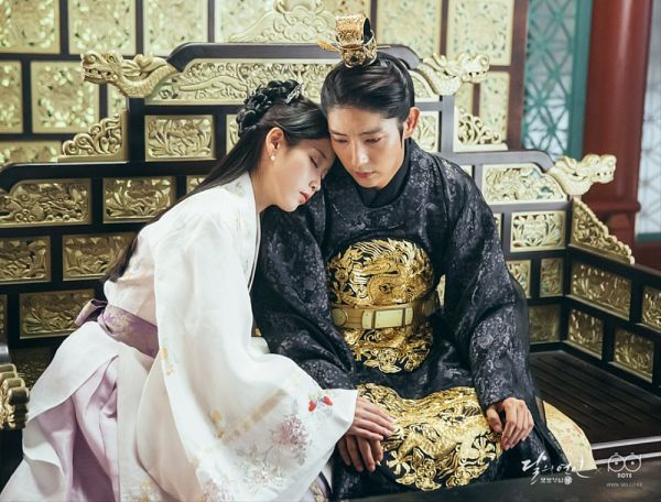 Tags: K-Pop, K-Drama, Lee Jun-ki, IU, Eyes Closed, Couple, Hair Ornament, Belt, Duo, White Outfit, Chair, Traditional Clothes
