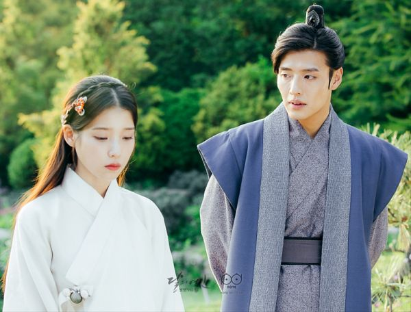 Tags: K-Pop, K-Drama, IU, Kang Ha-neul, Looking Ahead, Tree, Arms Behind Back, Looking Down, Duo, Traditional Clothes, Looking At Another, Plant
