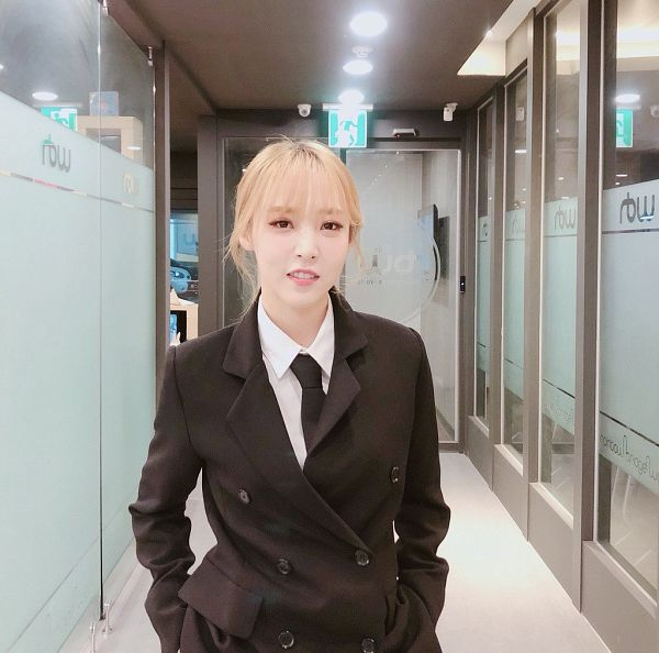 Tags: K-Pop, Mamamoo, Moonbyul, Black Jacket, Bangs, Blunt Bangs, Suit, Black Outerwear, Hand In Pocket, Tie, Blonde Hair, Teeth