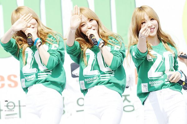 Tags: K-Pop, Mamamoo, Moonbyul, Covering Mouth, White Pants, Green Shirt