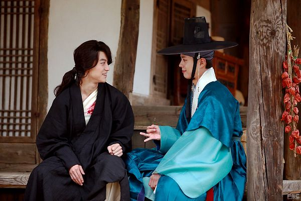Tags: K-Drama, Kwak Dong-yeon, Park Bo-gum, Traditional Clothes, Looking At Another, Korean Clothes, Injury, Ponytail, Two Males, Black Outfit, Blood, Sitting