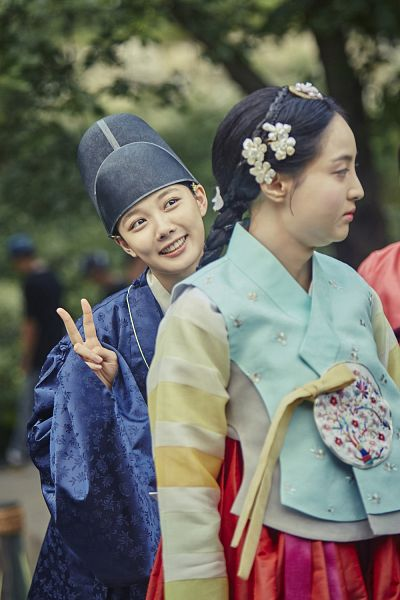 Tags: K-Drama, Kim Yoo-jung, Jung Hye-sung, Duo, V Gesture, Traditional Clothes, Hat, Plant, Korean Clothes, Two Girls, Tree, Blue Outfit