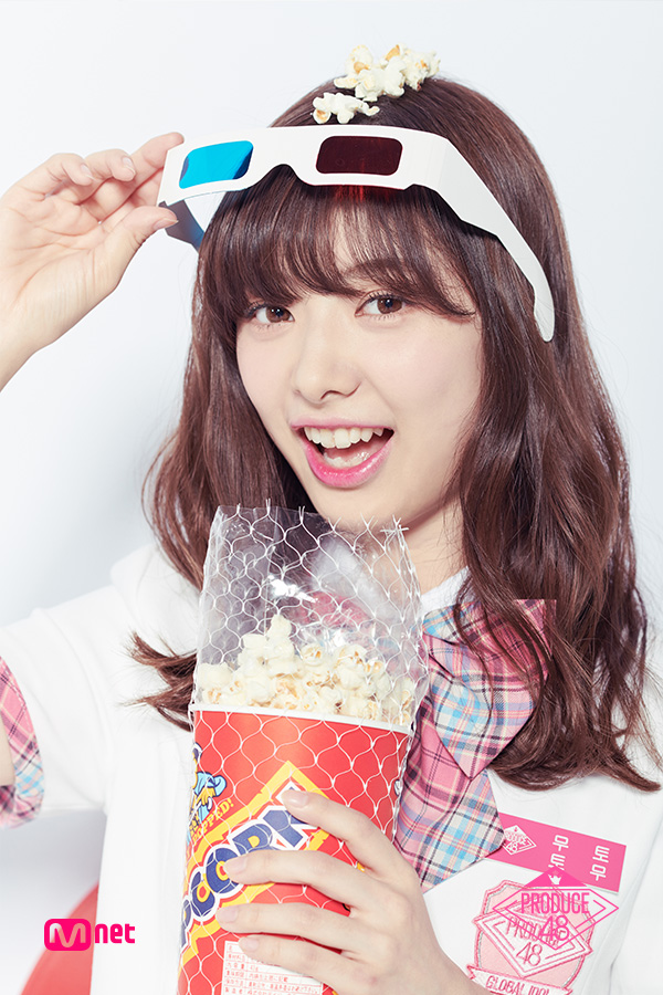 Tags: Television Show, J-Pop, AKB48, Mutou Tomu, Food, Korean Text, Blunt Bangs, Bow Tie, Light Background, White Outerwear, Short Sleeves, Checkered Neckwear