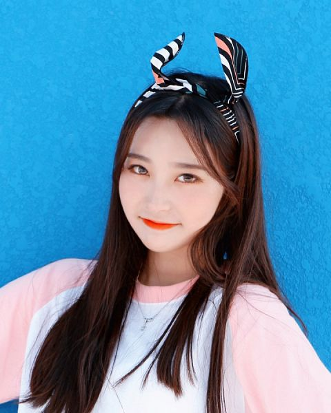 Tags: K-Pop, Busters, Myeong Hyeongseo, Hairband, Hair Bow, Simple Background, Red Lips, Jewelry, Hair Ornament, Short Sleeves, Necklace, Bow