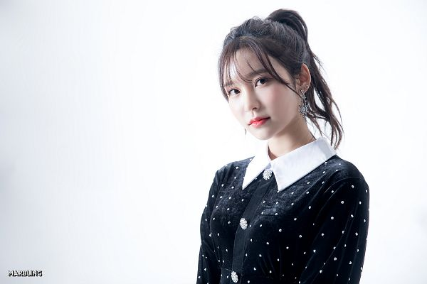 Tags: K-Pop, Busters, Myeong Hyeongseo, Black Outfit, Make Up, Hair Up, Gradient Background, Blush (Make Up), Ponytail, Spotted, Black Eyes, Black Dress