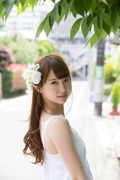 Tags: J-Pop, AKB48, Nagao Mariya, Hair Flower, Hair Ornament, Flower, White Headwear, Looking Back, Bare Shoulders, White Dress, Sleeveless Dress, Sleeveless