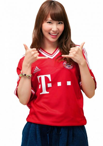 Tags: J-Pop, AKB48, Nagao Mariya, White Background, Red Shirt, Wavy Hair, Football Jersey, Black Pants, Bracelet, Laughing, Light Background, Android/iPhone Wallpaper