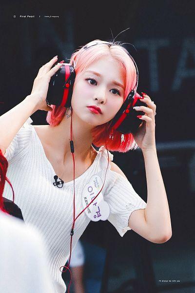 Tags: K-Pop, fromis 9, Nakyung, Gray Eyes, Looking Ahead, Pink Hair, Headphones, Headdress, Glitter, Nail Polish, Make Up