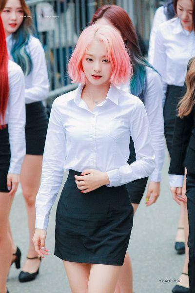 Tags: K-Pop, fromis 9, Jang Gyuri, Roh Jisun, Nakyung, Walking, Skirt, Nail Polish, Pink Hair, Collar (Clothes), Black Skirt, Buttons