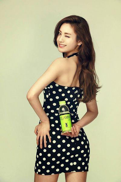 Tags: K-Pop, After School, Nana, Hand On Hip, Sleeveless Dress, Yellow Background, Wink, Black Dress, Spotted Dress, Sleeveless, Bare Back, Black Outfit