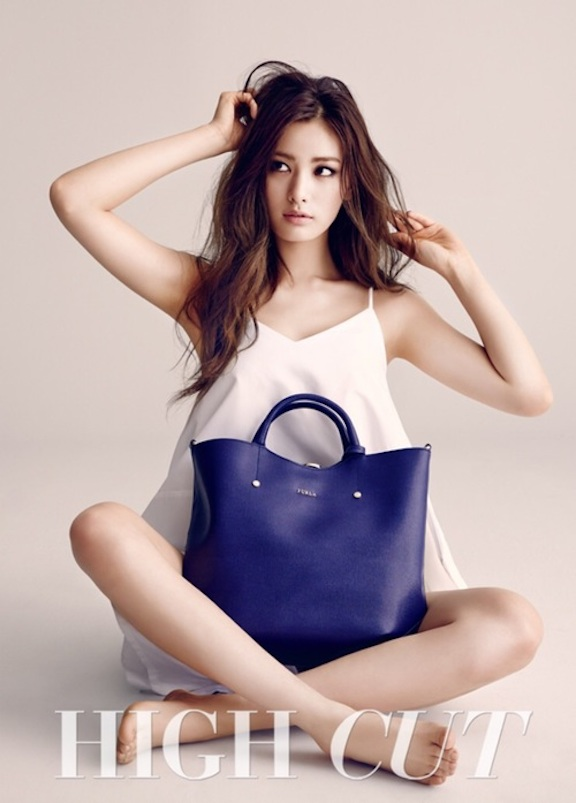 Tags: K-Pop, After School, Nana, White Outfit, White Dress, Looking Away, Purse, Bag, Sitting On Ground, High Cut