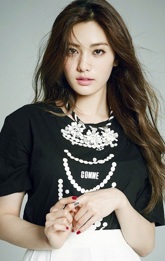 Tags: K-Pop, After School, Nana, Necklace, White Skirt, Skirt, Gray Background, Black Shirt