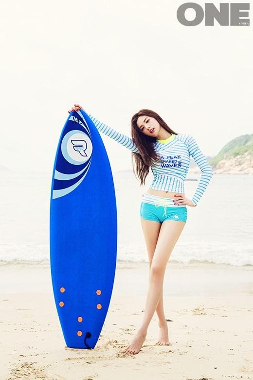 Tags: K-Pop, After School, Nana, Barefoot, Surfboard, Hand On Hip, Striped Shirt, Shorts, Navel, Midriff, Sea, Blue Shorts