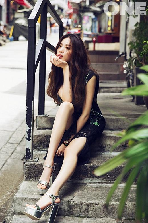 Tags: K-Pop, After School, Nana, Sitting On Ground, Black Skirt, High Heels, Skirt, Silver Footwear, Chin In Hand, One