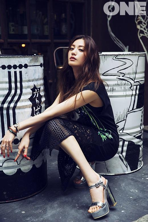 Tags: After School, Nana, High Heels, Crouching, Skirt, Black Shirt, Silver Shirt, Black Skirt, Full Body, One