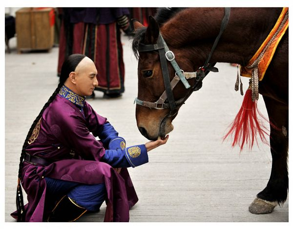 Tags: C-Drama, Nicky Wu, Braids, Crouching, Horse, Animal, Chinese Clothes, Single Braid, Traditional Clothes, Partially Bald, Scarlet Heart