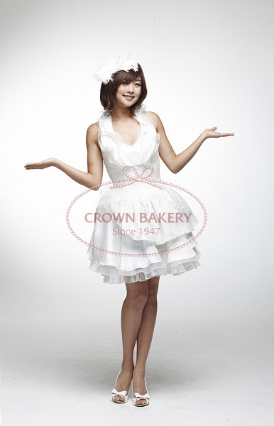 Tags: K-Pop, KARA, Nicole Jung, Text: Brand Name, White Outfit, White Headwear, Bare Legs, White Dress, Bare Shoulders, Sleeveless Dress, Medium Hair, Arms Out