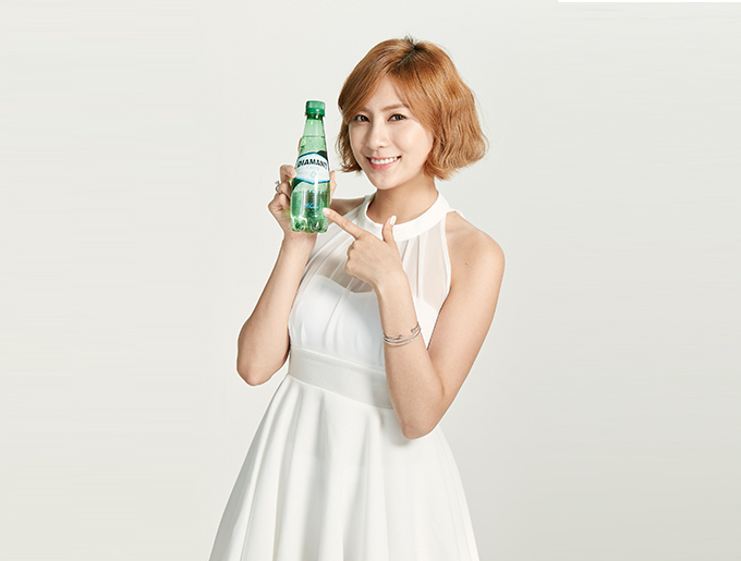 Tags: K-Pop, Apink, Oh Ha-young, Light Background, Bracelet, Sleeveless Dress, White Background, Bottle, White Dress, Bare Shoulders, Sleeveless, White Outfit