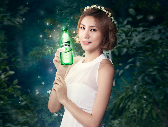 Tags: K-Pop, Apink, Oh Ha-young, Bottle, Crown, Flower, Plant, White Outfit, Hair Ornament, Sleeveless Dress, White Dress, Bare Shoulders