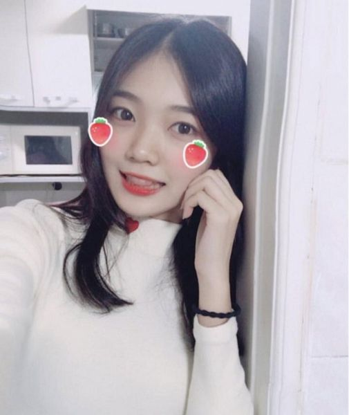 Tags: K-Pop, Everglow, Onda, Bracelet, Hand On Cheek, Wall, Light Background, White Background, Hand On Head, Leaning On Wall, Predebut