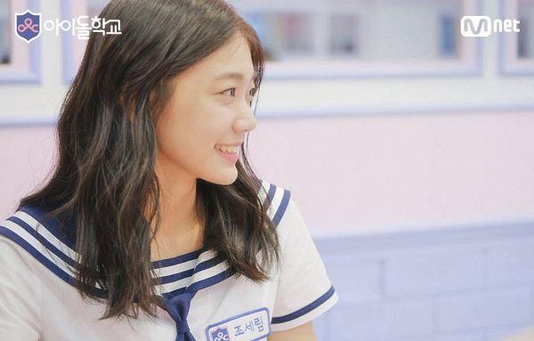 Tags: K-Pop, Television Show, Everglow, Onda, Collar (Clothes), Sailor Collar, Looking Away, Outdoors, School Uniform, Korean Text, Uniform, Text: Company Name
