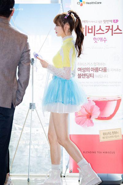 Tags: K-Pop, Everglow, Onda, Shoes, White Legwear, Sneakers, Socks, Blue Skirt, Light Background, Twin Tails, Korean Text, White Background