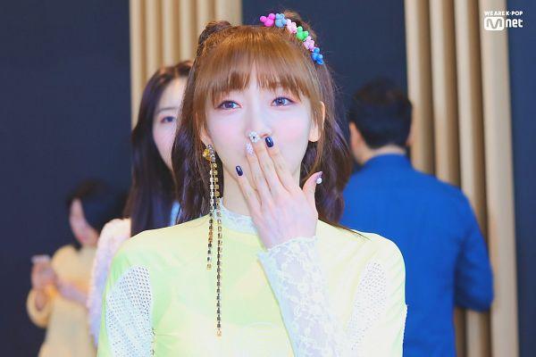 Tags: K-Pop, Everglow, Onda, Looking Away, Nail Polish, Make Up, Mnet