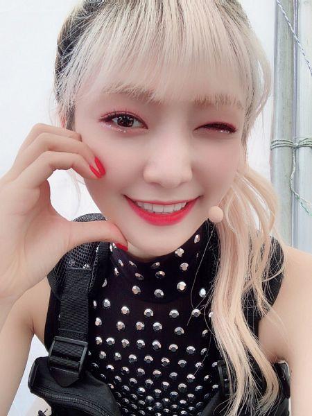 Tags: K-Pop, Everglow, Onda, White Background, Hair Up, Wink, Close Up, Sleeveless, Sleeveless Shirt, Ponytail, Heart Gesture, Bare Shoulders