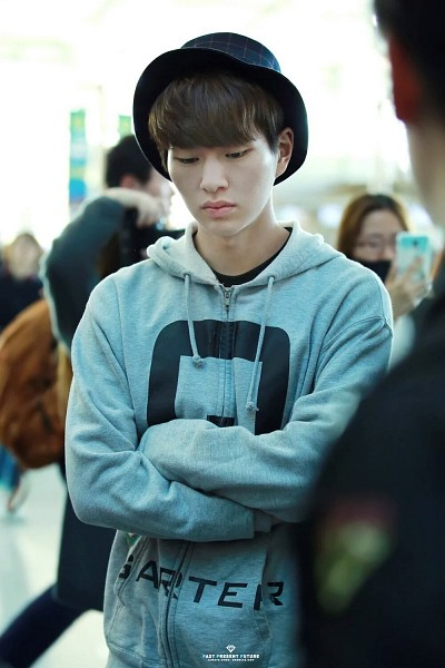 Tags: SM Town, K-Pop, SHINee, Onew, Looking Down, Hat, Crossed Arms, Looking Ahead, Android/iPhone Wallpaper