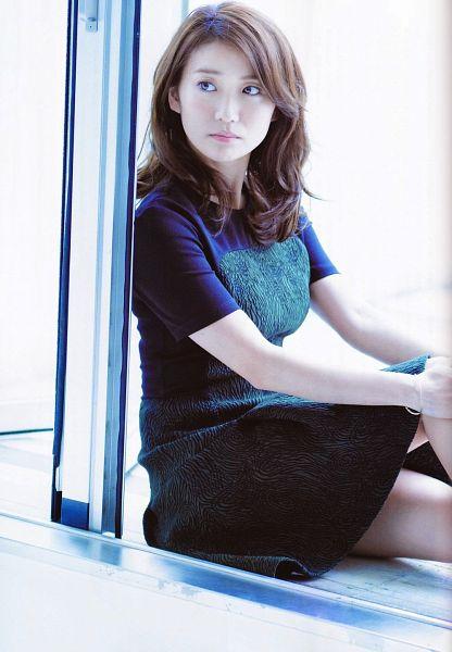 Tags: J-Pop, AKB48, Oshima Yuko, White Background, Bracelet, Black Dress, Black Outfit, Looking Away, Hand On Knee, Medium Hair, Bare Legs, Light Background