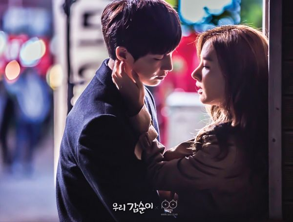 Tags: K-Drama, Kim So-eun, Song Jae-rim, Leaning Back, Leaning On Wall, Coat, Almost Kiss, Looking At Another, Our Gap-soon