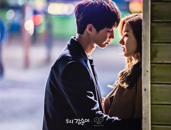 Tags: K-Drama, Song Jae-rim, Kim So-eun, Almost Kiss, Looking At Another, Leaning Back, Leaning On Wall, Coat, Our Gap-soon