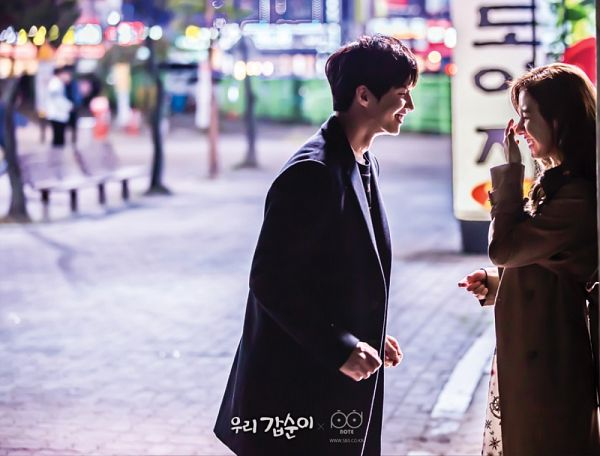 Tags: K-Drama, Kim So-eun, Song Jae-rim, Leaning Back, Leaning On Wall, Coat, Looking At Another, Our Gap-soon