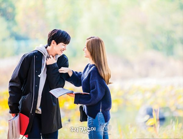 Tags: K-Drama, Kim So-eun, Song Jae-rim, Book, Looking At Another, Sweater, Coat, Blue Pants, Jeans, Duo, Couple, Blue Shirt