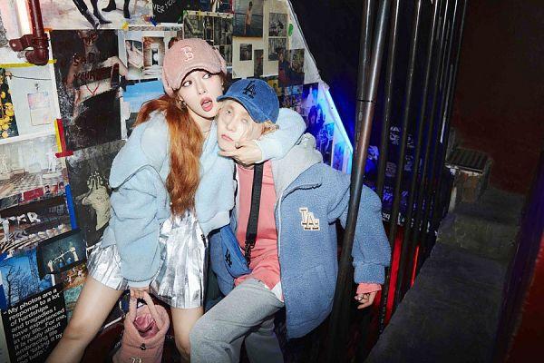 Tags: K-Pop, Hyuna, Dawn, Arm Around Shoulder, Shorts, Sweater, Pink Headwear, Hood, Couple, Jeans, Bag, Blue Headwear