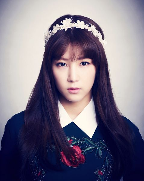 Tags: K-Pop, Apink, Park Cho-rong, Black Shirt, Hairband, Close Up, White Headwear, Sweater, Serious, Gray Background, Pink Blossom