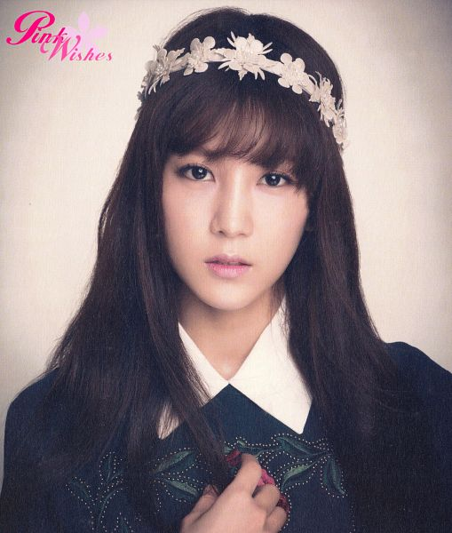 Tags: K-Pop, Apink, Park Cho-rong, Blunt Bangs, Crown, Flower, Flower Crown, Hair Ornament, Pink Blossom