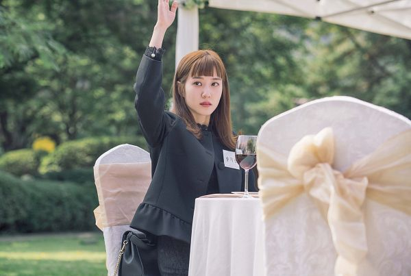Tags: K-Drama, Park Eun-bin, Chair, Alcohol, Bag, One Arm Up, Table, Wine, Black Outfit, Black Outerwear, Black Jacket, Glass (Cup)